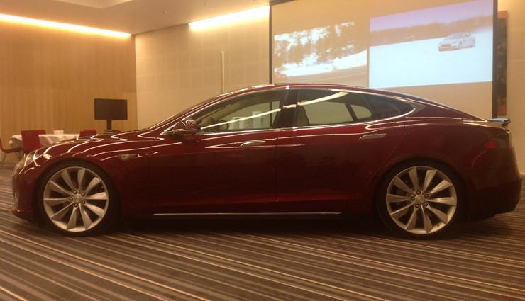 Tesla Get Amped Tour Model S Außen Seite