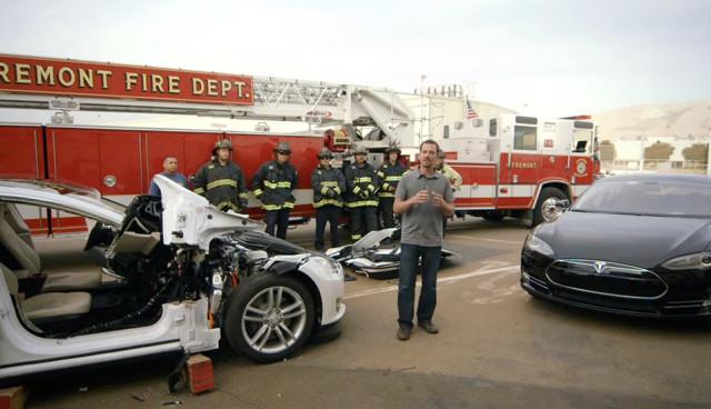 Tesla Model S von Feuerwehr-zerlegt