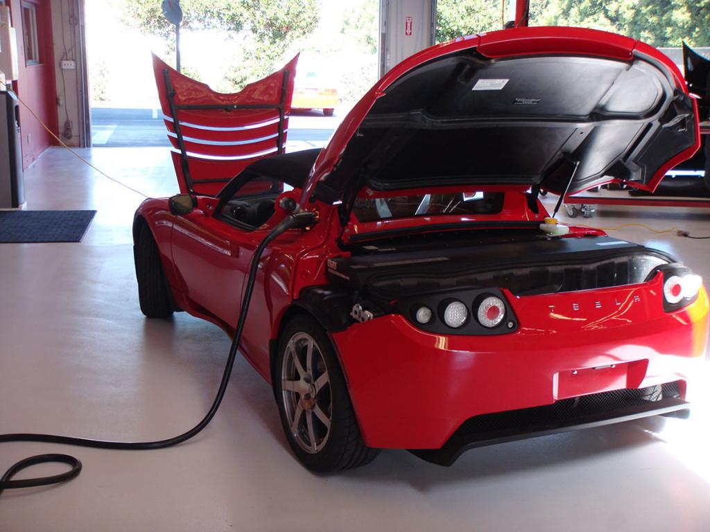 Batterie des Tesla Roadster beweist Standfestigkeit