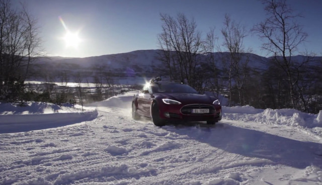Elektroauto-Tesla-Model-S-winter-schnee-2