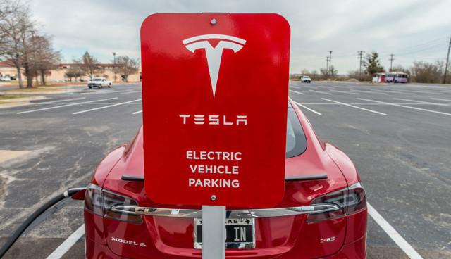 Tesla Elektroauto Multiport-Ladestation