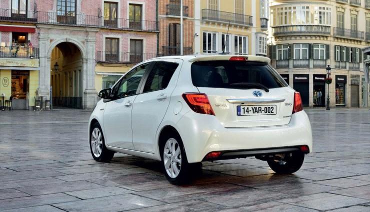 Toyota-Yaris-Hybrid-2014-Hinten