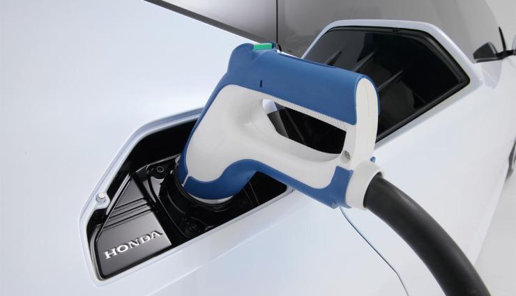 Honda-FCV-Wasserstoff-Brensstoffzelle-Auto-Aufladen