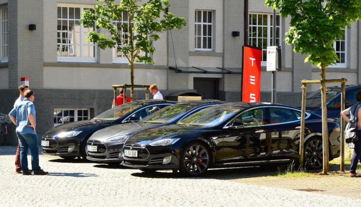 Tesla-Lounge-Elektroauto-Land