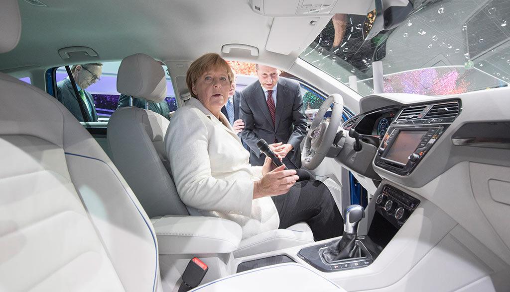 Merkel-Elektroauto-813