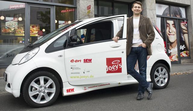 Joeys-Elektroauto-aufladen-kabellos-Induktion