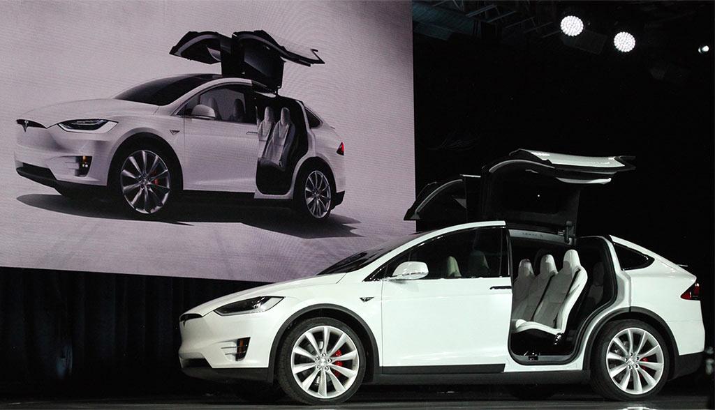 Model x tesla verklagt deutschen zulieferer for Tesla model x porte