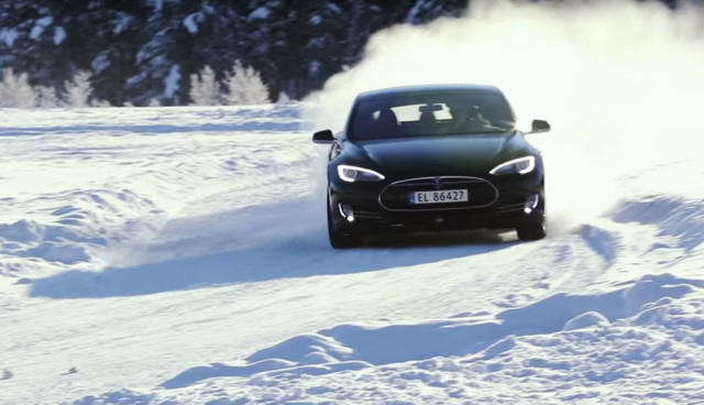 Zweimal-Tesla-mit-Eis-und-Schnee-(Videos)