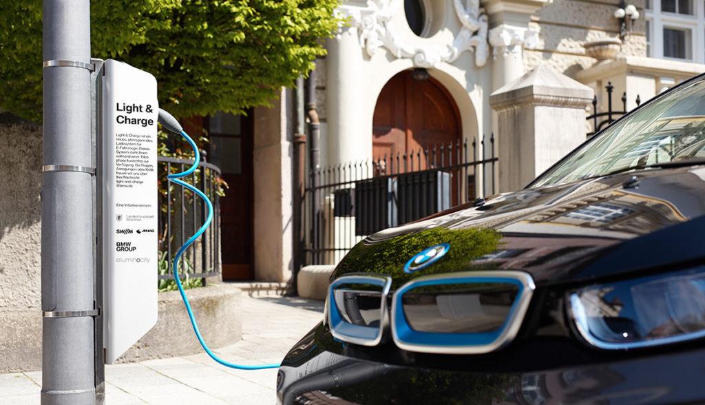 BMW-Elektroauto-Laternenladen