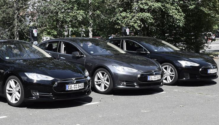 CCUnirent-Tesla-Model-S-ELektroauto-Carsharing