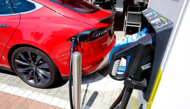 smatrics-stellt-elektroauto-ladestationen-mit-bis-zu-350-kw-auf