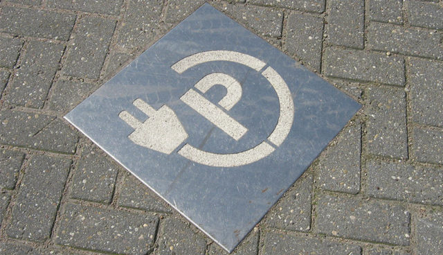 Elektroauto-Ladesaeule-Parken-Abschleppen