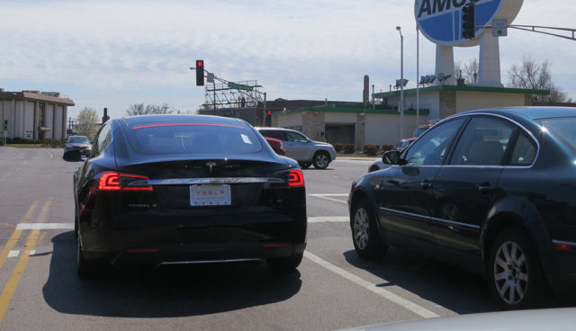 Tesla-Leistungsreduzierung-Ampelstart