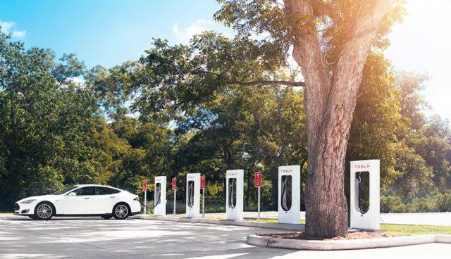 Tesla: Mehr Ladeplätze je Standort & bessere App für Supercharger-Stationen in Arbeit