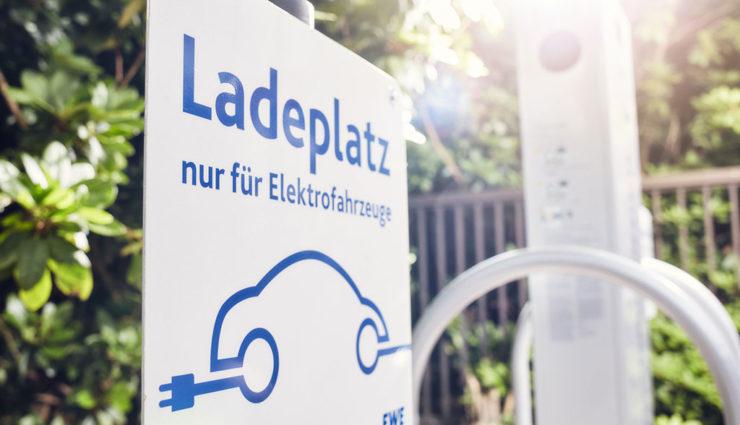 Elektroauto-Recht-Ladestation-parken