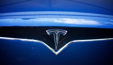 Tesla-Elektroauto-bus