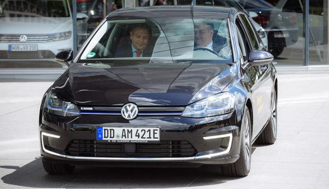 Dresden: Oberbürgermeister steigt auf Elektroauto-Golf um