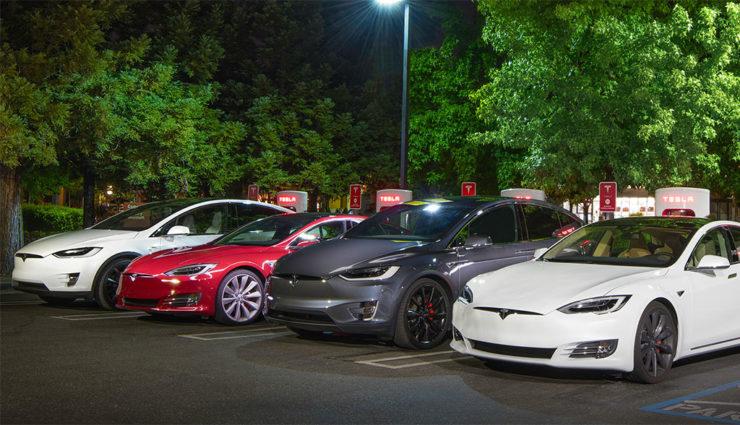 Der erste Tesla Model 3 rollt am Freitag vom Fließband