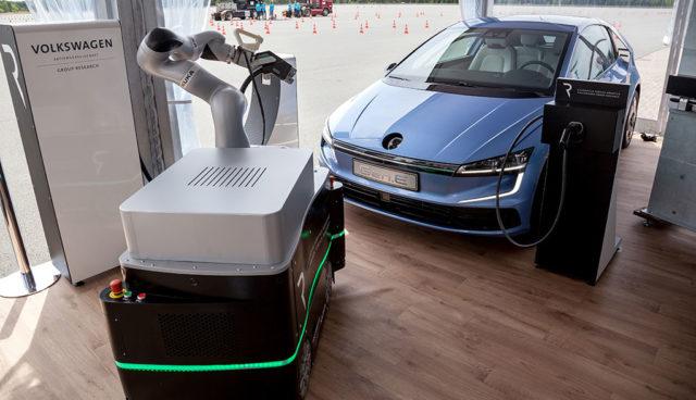 VW und KUKA forschen an Elektroauto-Laderobotern