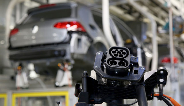 Studie: Elektroauto-Hersteller verfolgen riskante Batterie-Strategie