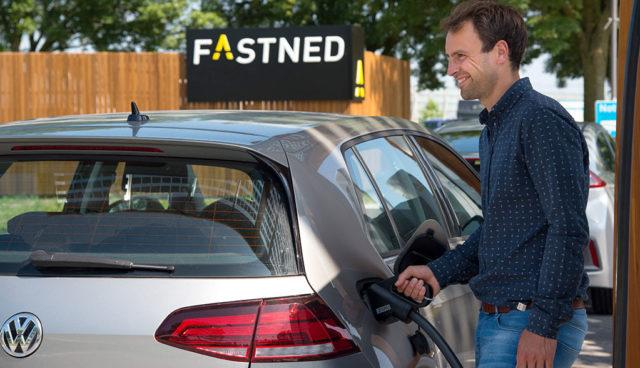 REWE testet Elektroauto-Schnelllader von Fastned