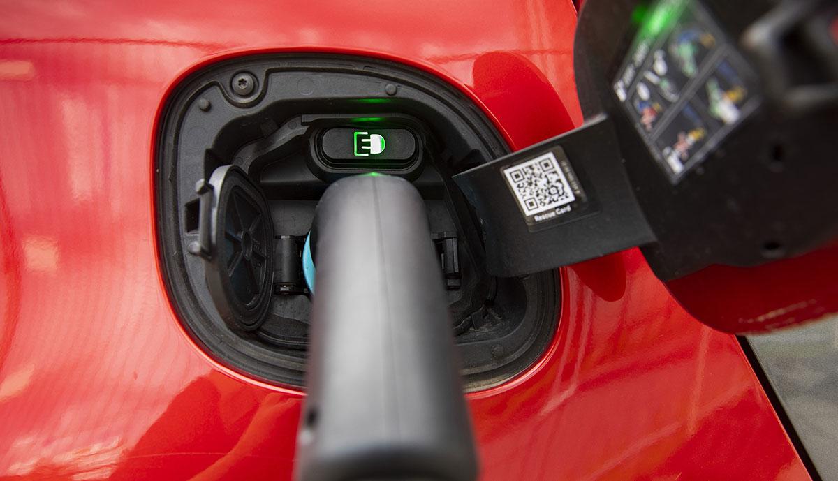 Rotes-Elektroauto-laedt