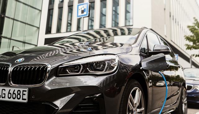 BMW-225xe-laedt