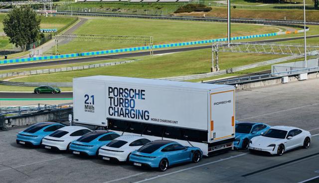Porsche-Elektroauto-Lade-Auflieger