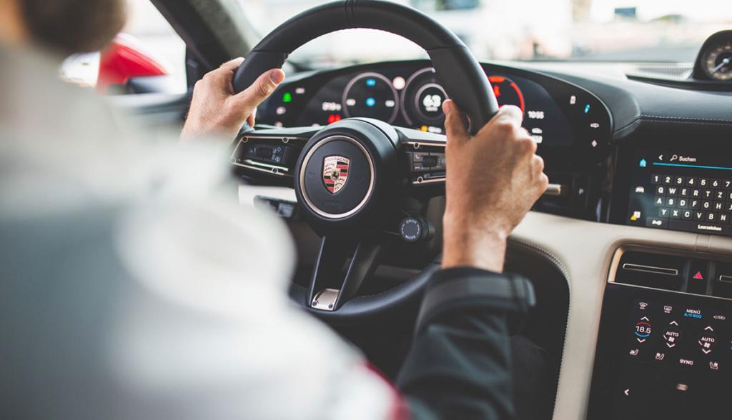 Porsche-Taycan-Safety-Car-2020-1