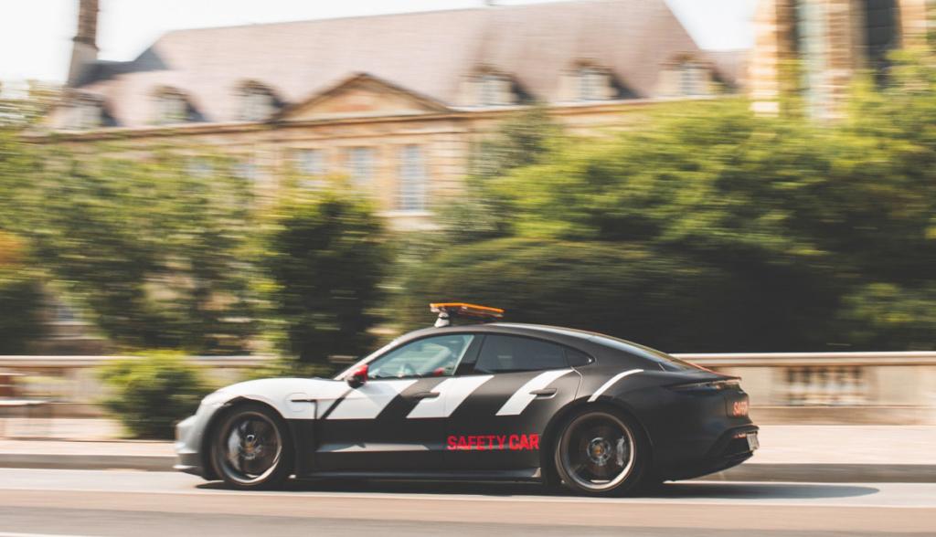 Porsche-Taycan-Safety-Car-2020-4