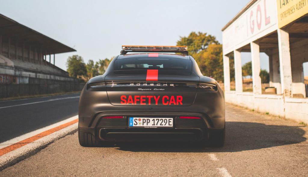 Porsche-Taycan-Safety-Car-2020-9