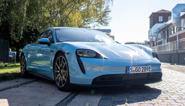 Porsche-Taycan-hellblau