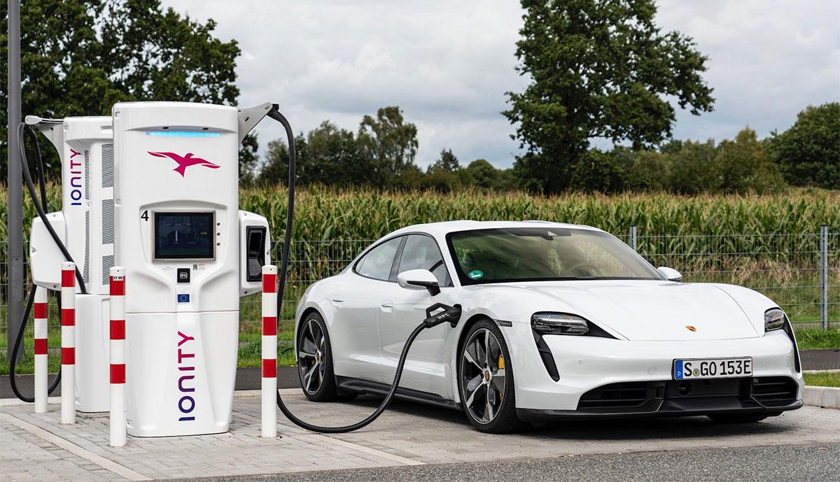Porsche-Taycan-laedt-Ionity