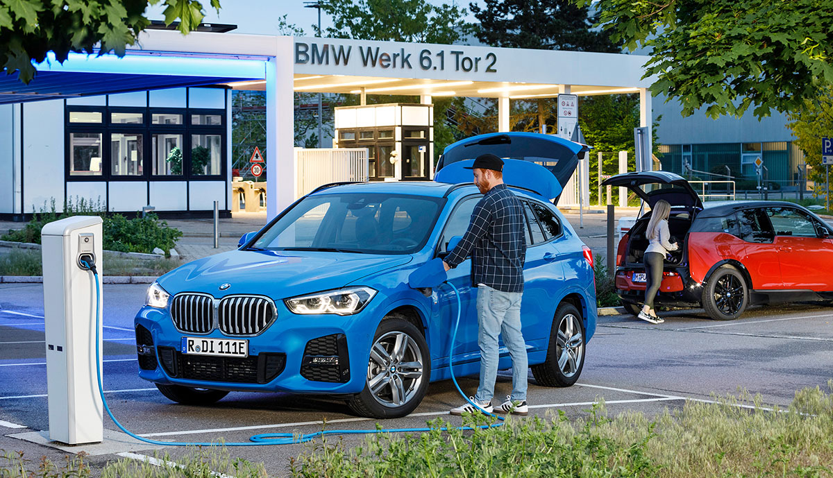 BMW-X1-xdrive25e-laedt