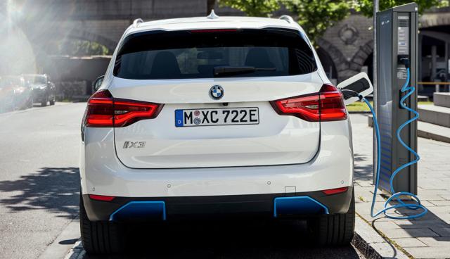 BMW-iX3-laedt-in-der-Stadt