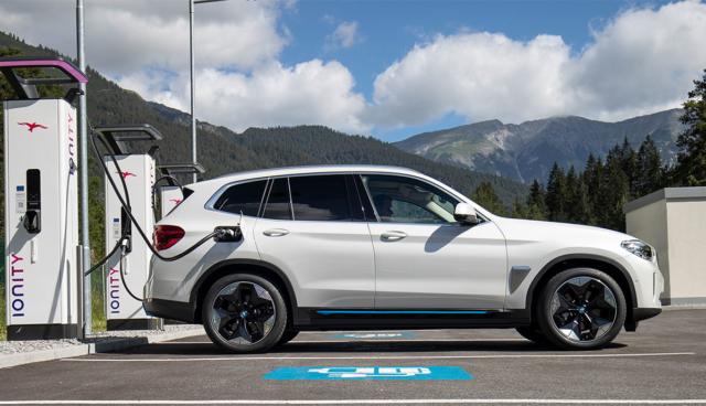 Ionity-BMW-iX3-laedt