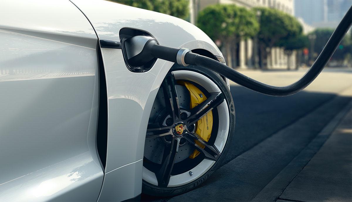 Porsche-Taycan-laedt