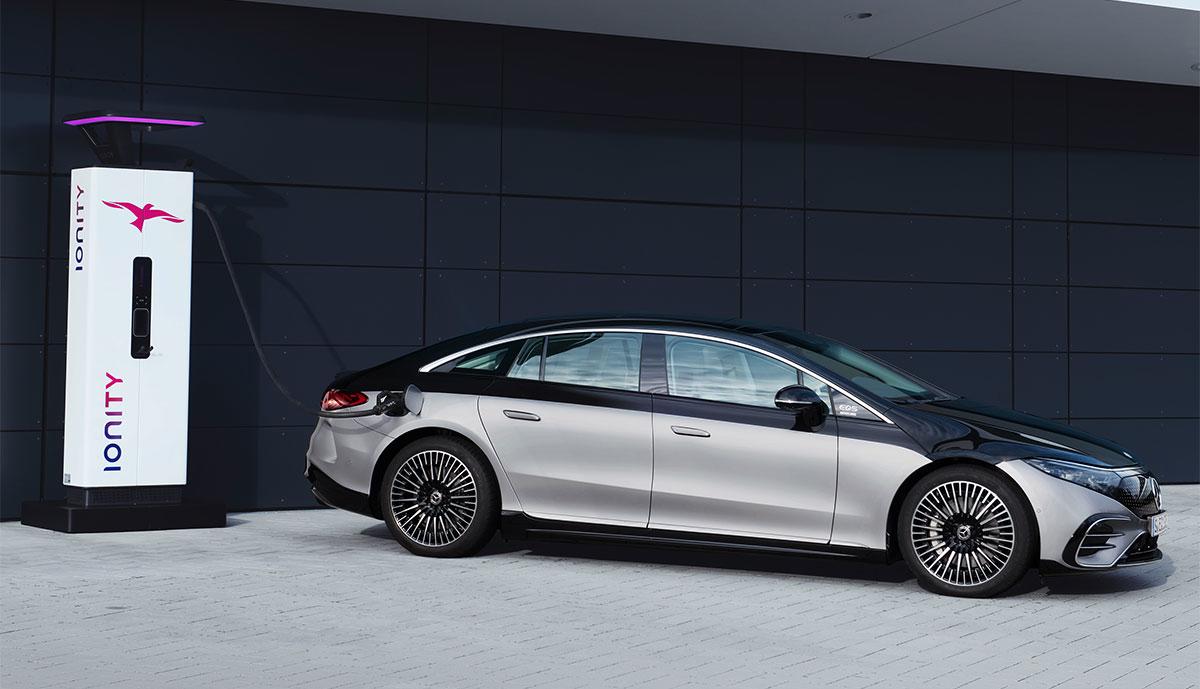 Mercedes-EQS-laaedt-Ionity