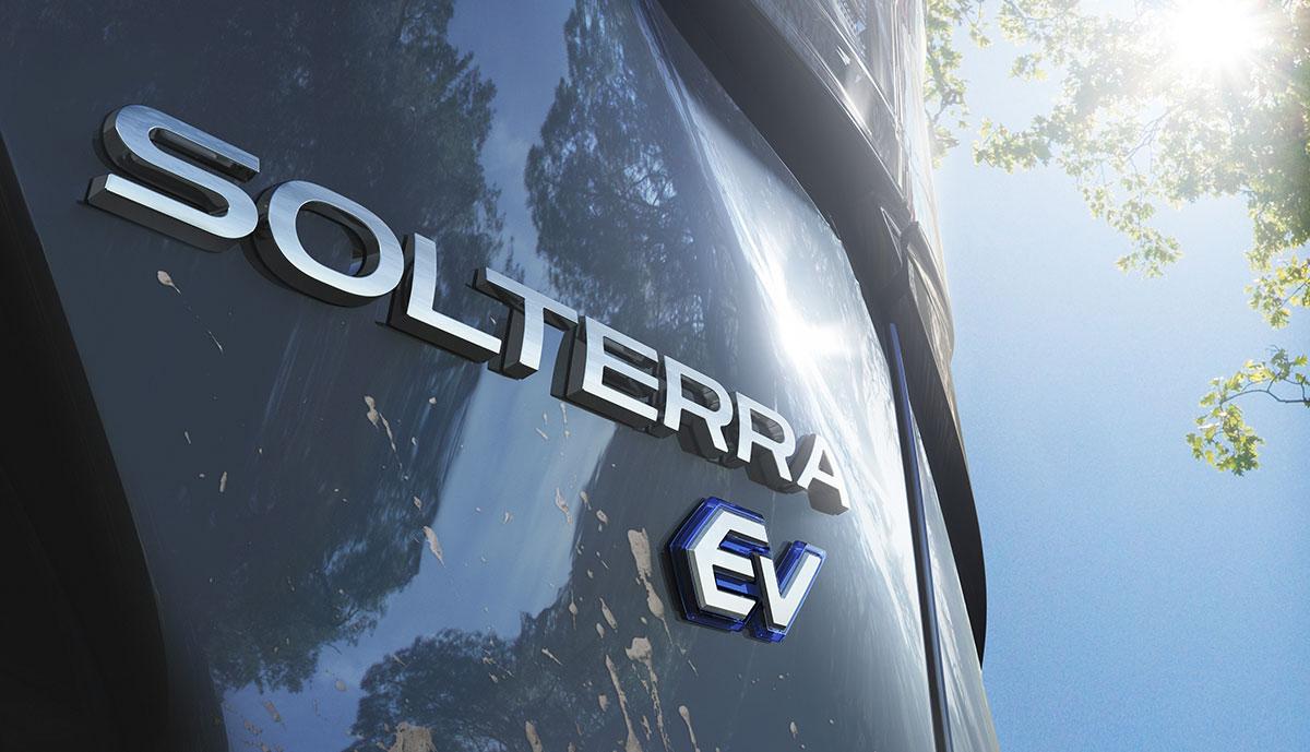 Subaru_Solterra_Teaser_Rueckansicht_mit_Schriftzug