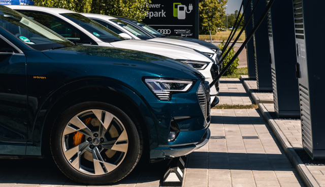 Audi-e-tron-laedt-HPC