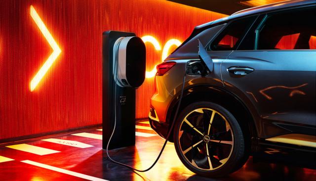 Audi-Q4-e-tron-laedt