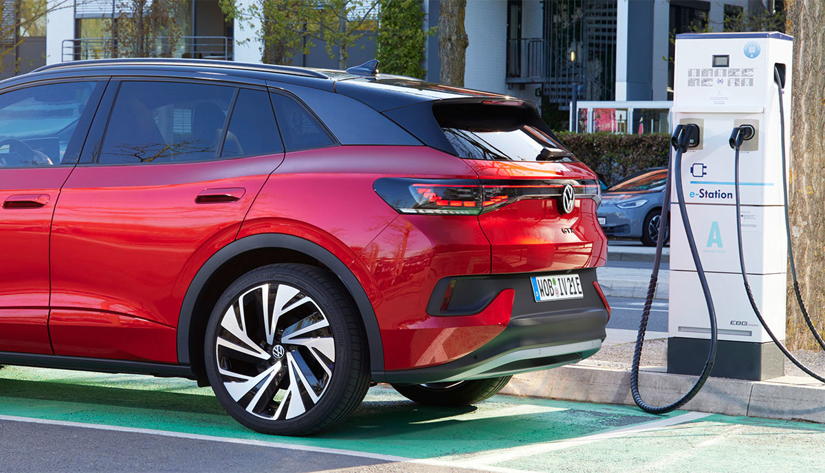 VW-ID4-laedt-an-E-Station