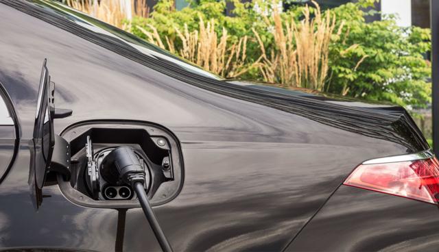 Mercedes-Plug-in-Hybrid-laedt