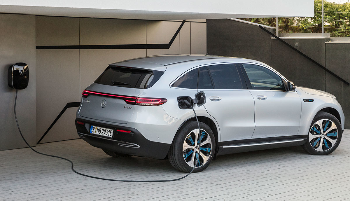 Mercedes-EQC-laedt-an-Wallbox