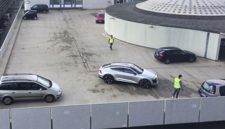 So sieht Audis Elektroauto e-tron Sportback in freier Wildbahn aus