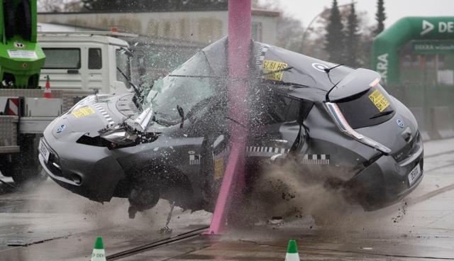 Elektroautos überzeugen bei DEKRA-Crashtests mit höheren Geschwindigkeiten
