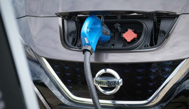 Nissan-LEAF-Ladeanschluss-vorne